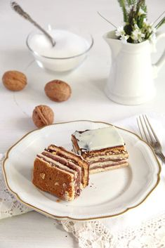 How to make the Greta Garbo cake – a vintage cake recipe made with layers of yeast dough, jam and ground walnuts. #whereismyspoon #romaniancake #gretagarbocake #yeastcake #yeastcakewithjam Romanian Desserts, Romanian Food, Sweet Recipes, Cake Recipes, Dessert Recipes, Old Cake Recipe, Cake Fillings, Vegetarian Chocolate, Convenience Food