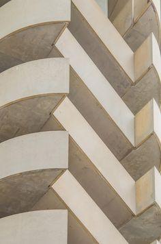 Fotografía zig zag spiral stair on highrise building emergency exit por digidreamgrafix  en 500px