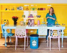 Sem coragem para pintar as paredes? Aposte em um mobiliário vibrante. Os ambientes que você vê nas fotos abaixo receberam uma dose de ânimo graças às cores das mesas, das cadeiras, das estantes...