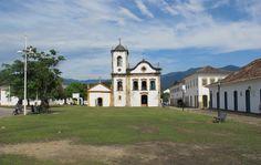 Paraty .A antiga cadeira e a Igreja Santa Rita são parte do cartão postal da cidade .Cidade no Sul Fluminense agrada todo tipo de turista. Além do famoso centro histórico, há praias, cachoeiras e alambiques .