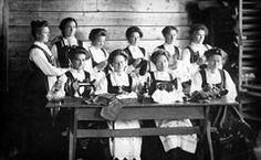 FAKf-100455.219748 Dette biletet er frå husmorskulen i Ørsta og teke i 1910 eller like før. To av kvinnene i første rekke - nummer ein og fire har truleg Haram som etternamn. I bakre rekkje nummer tre frå venstre ser vi Anna Ringstad g. Opsvik, og heilt til høgre ser vi Lovise Marie Habostad. Biletet er knytt til gnr. ... Husmorskule, gruppe10, kvinner, bunader, symaskiner, Ørsta, Husmorskulen | 1909 - 1910