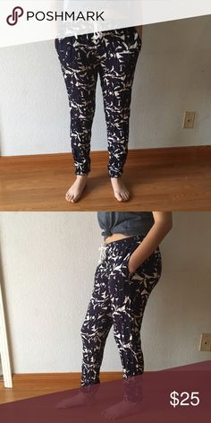 ROXY Blue leaves beach pants 🌊 Beautiful ROXY beach pants ❗️☀️❗️ in great condition 💛 size says M but ROXY runs small so would ideally fit a size S. 🌊 pants look black but are a very dark blue Roxy Pants Ankle & Cropped