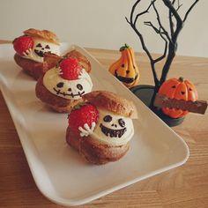 画像に含まれている可能性があるもの:食べ物 Halloween Baking, Halloween Desserts, Christmas Desserts, Halloween Treats, Zumbo Desserts, Cute Desserts, Sweets Recipes, Macaron Cookies, Kawaii Dessert