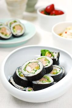 Another gimbap (Korean seaweed rice rolls) recipe! This time it's made with canned tuna. I kept it simple so the tuna really stands out in this recipe. Asian Recipes, Healthy Recipes, Ethnic Recipes, Rice Recipes, Gimbap Recipe, Kimbap, Food Photography Tips, Korean Food, International Recipes