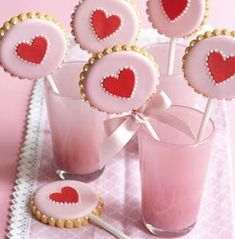 Cookies lindos para o seu chá! 👌😉 *Foto: Georgia Glynn S… Valentines Day Cookies, Valentines Baking, Valentine Cookies, Cookie Pops, Royal Icing Cookies, Cupcake Cookies, Sugar Cookies, Cookie Favors, Peggy Porschen Cakes