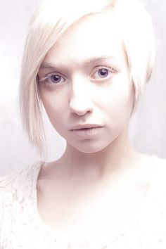 albino girl with short hair.   bilguiustam.com