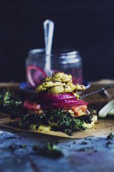 Blomkålsburgare med picklad rödlök, grönkålschips, sojabönskräm & paprikakräm (via Bloglovin.com )