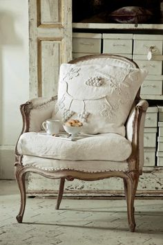 Love this shabby chic chair upholstered from sackcloth of hemp French Furniture, Shabby Chic Furniture, Shabby Chic Decor, Painted Furniture, Furniture Vintage, Rustic Furniture, Modern Furniture, French Decor, French Country Decorating
