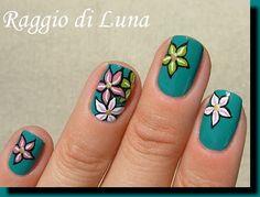 Raggio di Luna Nails: Flowers on green