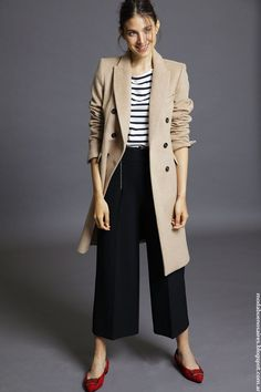 Trench Coat Outfit, Trench Coat Style, Blue Trousers Outfit, Cool Outfits, Fashion Outfits, Womens Fashion, Celebrity Casual Outfits, Corporate Fashion, Beige Coat