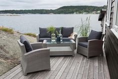 En lekker sofagruppe med 3-seter sofa og to stoler med mørke grå puter. Elegant og lite sofabord med glassplate. Sofaen er 168 cm lang.