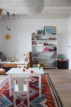 House Tour // Zu Gast bei Hannah Schmitz A Lovely Journey, Teen Kids, Kidsroom, House Tours, Modern, Bookcase, Kids Rugs, Shelves, Instagram Posts