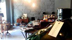 #mercadoloftstore #umseisum #decor #decoração #interior #interiorstore #produto #garrafão #veludos #candeeiro #lamp #madeira #luz #velvet #vidro #confiança #sabonete #sofá #details #porto