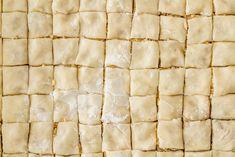 Baklava, misschien wel de bekendste zoete lekkernij uit het Midden-Oosten kun je – met een beetje geduld – heel goed zelf maken. Dol op zoetigheid en begin je Heel Holland Bakt al wat te missen? Dan is dit dé manier om je vrije middag te besteden! Het is misschien even wat werk, maar baklava is …