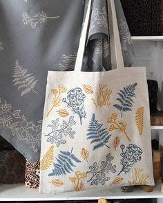 Льняная сумка с ручной набойкой, ботанический орнамент. размер 40х40 см ручки лен/ стропа - 76 см 950р. в наличии #сумки #сувенир…