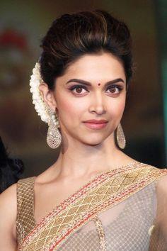 Deepika Padukone full on indian look Saree Hairstyles, Indian Wedding Hairstyles, Bride Hairstyles, Bollywood Hairstyles, Hairdos, Deepika Padukone Saree, Deepika Padukone Hairstyles, Dipika Padukone, Makeup Trends