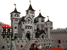 Lego King's Castle – a crowning achievement Halloween Lego, Lego Burg, Lego Boards, Fantasy Castle, Medieval Castle, Minecraft Medieval, Lego House, Lego Projects, Custom Lego