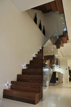 Immagine scala moderna in legno, con la ringhiera in vetro e senza corrimano - idee scale moderne