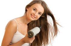 髪のもつれ、切れ毛が気になりませんか?マシュマロルートを使った手作りヘアスプレー。マシュマロルート粘質成分が髪を保護して光沢のあるサラサラな髪の毛にしてくれます。毎日使いたいスプレーだから天然成分で作れば安心ですね。香りはお好みでアレンジ可能。#エッセンシャルオイル#アロマレシピ#アロマテラピー#ハーブ#ガーデニング