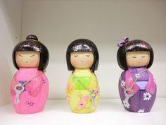 Kokeshi in 3 verschieden Farben erhältlich und unterschiedlichen Modellen. Farben: Rosa, Gelb und Lila. Bei jeder Spardose ist ein Schlüssel dabei.