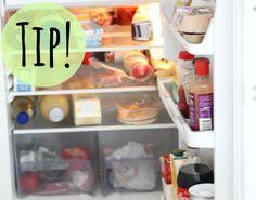 Volgens mij heeft iedereen er wel eens last van: vieze geurtjes in de koelkast. Je hebt alles al gecontroleerd en schoongemaakt in de koelkast maar toch blijft er een vies luchtje hangen. Wij hebben een hele simpele tip waardoor je vieze geurtjes verdwijnen! Wat heb je nodig? Leg een halve appel in je koelkast en de volgende dag zijn je vieze geurtjes uit je koelkast verdwenen.