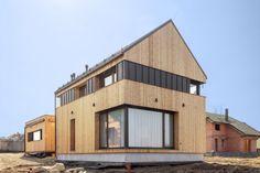 Mladí manželé postavili dřevěný domek s velkým rohovým oknem– Novinky.cz