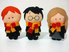 Turminha do trio de ouro de Hogwarts. Harry Potter e sua turma em feltro, costurados à mão. Ìmãs ou chaveirinhos, fazem sucesso com os fãs e em festinhas de aniversário!  www.facebook.com/feltrolices www.elo7.com.br/feltrolices