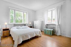 Wood and white tones and a lovely old chest / Puuta, valkoisen sävyjä ja ihana vanha arkku #makuuhuone