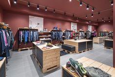 Permettersi i Marchi Store by AMlab, Cuneo – Italy Retail Interior Design, Boutique Interior Design, Visual Merchandising, Men Store, Branding, Design Furniture, Modern Sofa, Stores, Interiores Design
