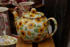 A sunflower teapot on a stall in Portobello Market. Sunflower Art, Sunflower Design, Sunflower Kitchen Decor, Yellow Cottage, Home Decor Inspiration, Decor Ideas, Diy Ideas, Cozy Room, Decorating On A Budget