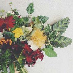 Buquê de noiva em tons de vinho e mostarda com direito a carambola retirada direto do pé!  Noiva nutricionista amou com certeza!  #duemai #bridebouquet #bride #morningwedding #wedding #bouquet #buque #flower (Buquê e foto: Flô)