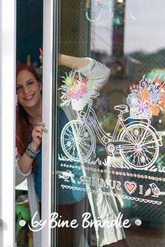 Tolles Blumen-Fahrrad am Fenster. Eine fantastische Fensterdeko für Frühling und Sommer! Mit Hilfe der tollen XXL- Vorlagen von Bine Brändle das Bild mit abwischbaren Kreidemarkern auf die Fensterscheibe malen. Das Motiv wird ganz einfach durch gepaust.