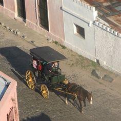 Colonia del Sacramento, su casco antiguo, el barrio histórico, fue declarado Patrimonio de la Humanidad en 1995 al ilustrar la fusión exitosa de los estilos portugués, español y post-colonial. (carruaje recreación de la época). Colonia del Sacramento, departamento de Colonia, Uruguay.
