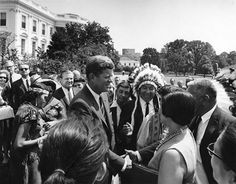 President John F. Kennedy greets a group of delegates to the American Indian Chicago Conference, August White House, West Wing Lawn. (John F. Kennedy Presidential Library and Museum) Les Kennedy, John F Kennedy, Native American History, American Indians, Sta Monica, All Us Presidents, Familia Kennedy, Jaqueline Kennedy, Songs