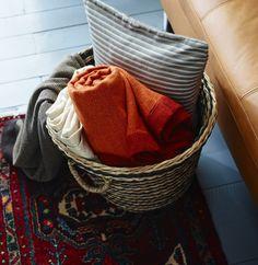 Um cesto e mantas avulso: que os convidados #decoração #mantas #cesto #inverno #IKEAPortugal