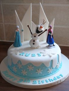 Frozen themed cake with a hand made Olaf Gefrorener Themenkuchen mit einem handgemachten Olaf Frozen Theme Cupcakes, Frozen Party Cake, Party Cakes, Elsa Birthday Cake, Frozen Themed Birthday Cake, Themed Cakes, Tarta Fondant Frozen, Bolo Frozen, Disney Frozen Party