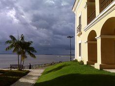 """Visão da chuva chegando na Baía do Guajará. Registro a partir do prédio da """"Casa das Onze Janelas"""", no Bairro da Cidade Velha, em Belém do Pará."""