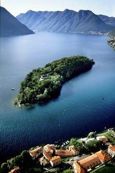Comacina nel lago di Como-è una piccolissima isola molto bella, carica di storia medievale, la si percorre in poco tempo a piedi ammirando il panorama e alla fine è bello sostare nella locanda per pranzare all'antica in un clima fiabesco