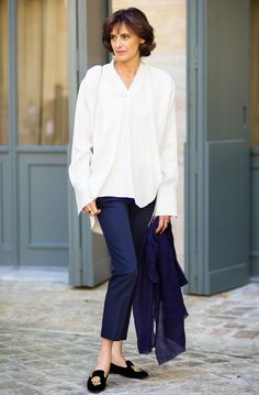 Incredibly simple style: a white shirt, trousers, and embroidered velvet slippers on Ines de la Fressange