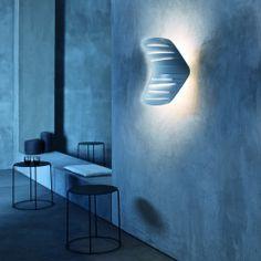 Flip. Foscarini. Aplique con una escultura en la pared con una pantalla móvil, donde la funcionalidad se funde con un atractivo estilo para ofrecer la máxima versatilidad en el empleo de la luz. Diseñador: Simon Pengelly. http://www.lamparasoliva.com/lamparas/apliques/flip-foscarini.html