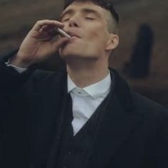 Gangsta by Kay Dahlia (Spanish Version) - Thomas fookin' Shelby. One of the BEST shows. Peaky Blinders Tom Hardy, Peaky Blinders Tommy Shelby, Peaky Blinders Series, Peaky Blinders Quotes, Peaky Blinders Thomas, Cillian Murphy Peaky Blinders, Gangsters, 1920s Mens Fashion Gatsby, Peaky Blinders Merchandise