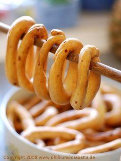 Ganz einfach selber machen Mehl ,Olivenöl , Wasser und Salz Gewürze  Alles zusammen kneten und Ringe formen  In einem Topf mit Wasser und Öl kurz die Ringe aufkochen lassen und dann auf Backblech und braun backen fertig
