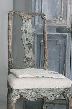 prettie-sweet: (via Antiq·BR: Preparando Almoneda Madrid (Shabby, Rustic, Country, Crafty. Old Chairs, Antique Chairs, Muebles Shabby Chic, Swedish Style, Swedish Decor, French Style, Furniture Inspiration, Painted Furniture, French Furniture