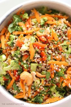 This crunchy Broccoli Quinoa Salad is tossed in a delicious garlicky, gingery cashew dressing (loaded with antioxidants)! @theharvestkitchen.com
