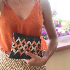Crochet Clutch Bags, Crotchet Bags, Crochet Pouch, Crochet Handbags, Crochet Purses, Diy Crochet, Tapestry Bag, Tapestry Weaving, Tapestry Crochet Patterns