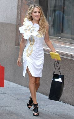 Carrie Bradshaw Best Outfits: 17 of Our Favorite Looks From Sex and the City Sarah Jessica Parker, Sex and the City Carrie Bradshaw Estilo, Carrie Bradshaw Outfits, Sarah Jessica Parker, White Frock, Divas, City Outfits, Evolution Of Fashion, White Cocktail Dress, City Style
