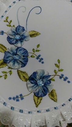 Ribbon Embroidery Tutorial, Embroidery Bags, Silk Ribbon Embroidery, Machine Embroidery, Ribbon Art, Ribbon Crafts, Cloth Flowers, Baby Shower Balloons, Diy And Crafts