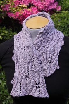 ob eine kurze oder längere Variante – die elegante Art ein Tuch zu stricken und zu tragen Größe des Schals: 20 cm breit / 82 cm lang oder 20 cm breit / 164 cm lang Material: 1 Strang Baumwoll…
