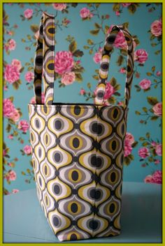 A shopping bag - with tutorial - bag that remains. Craft Patterns, Sewing Patterns Free, Sewing Tutorials, Sewing Crafts, Sewing Projects, Retro Fabric, Bag Organization, Sewing Techniques, Handmade Bags