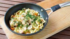 Los macarrones con salmón y salsa de eneldo son un plato de pasta un poco distinto, a base de pescado. Atrévete a probarlos. Salmon Pasta, Asparagus Pasta, Salmon Recipes, Pasta Recipes, Mediterranean Cookbook, White Sauce Pasta, Fresh Chives, Mozzarella, Noodles